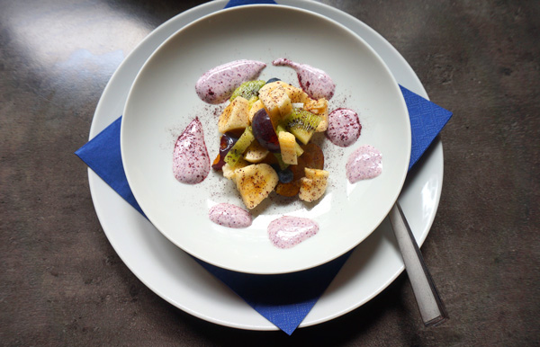 Gemischtes Obst mit Aroniajoghurt